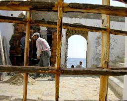 Blick durch die Stadtmauer von Asilah aufs Meer